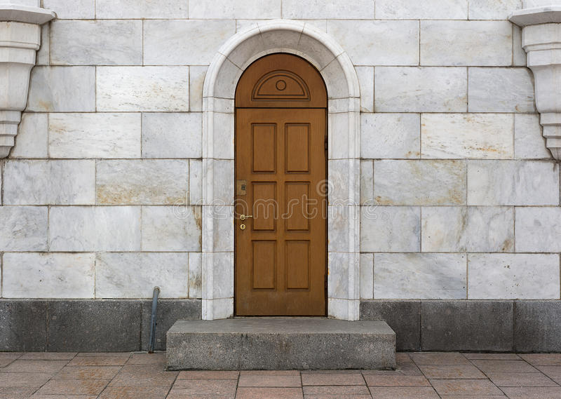 Porte en bois, dalles de marbre photos libres de droits
