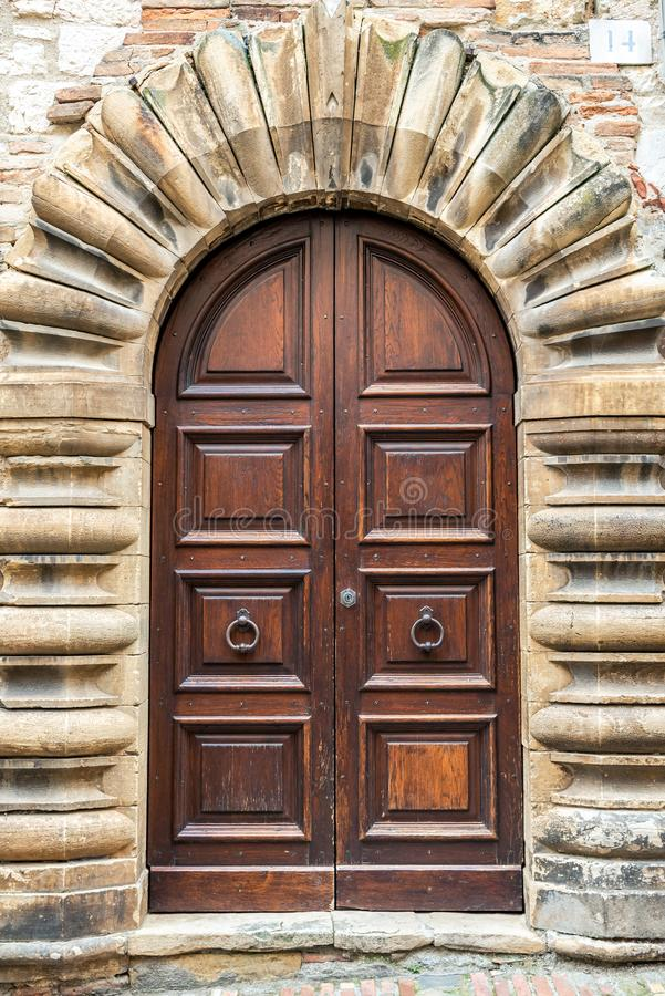 Porte en bois dans un vieux bâtiment dedans dans la ville historique de Gubbio, Italie photo libre de droits