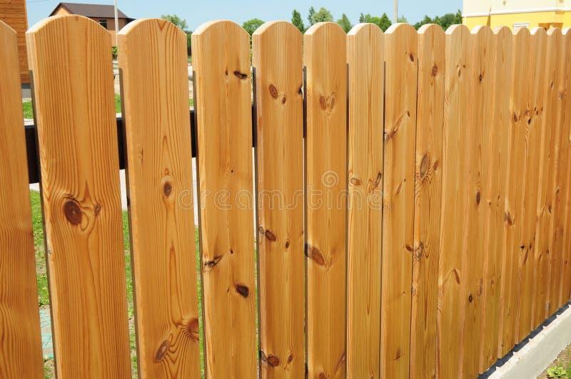 Porte en bois de barrière Barrière en bois confortable - clôture du bois photographie stock libre de droits