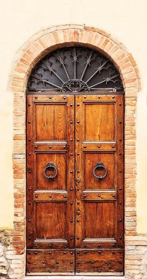 Porte en bois de Brown vieille au centre de San Gimignano photos libres de droits