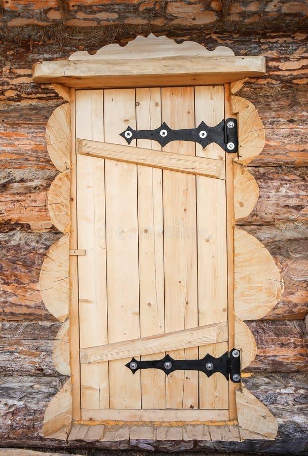 Porte en bois de cabane en rondins photo stock