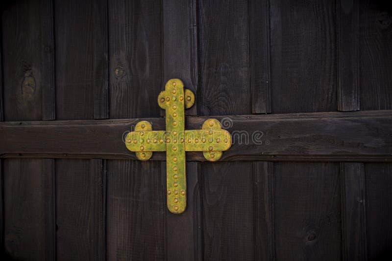 Porte en bois de cru avec Christian Cross coloré d'or métallique en Christian Church images stock