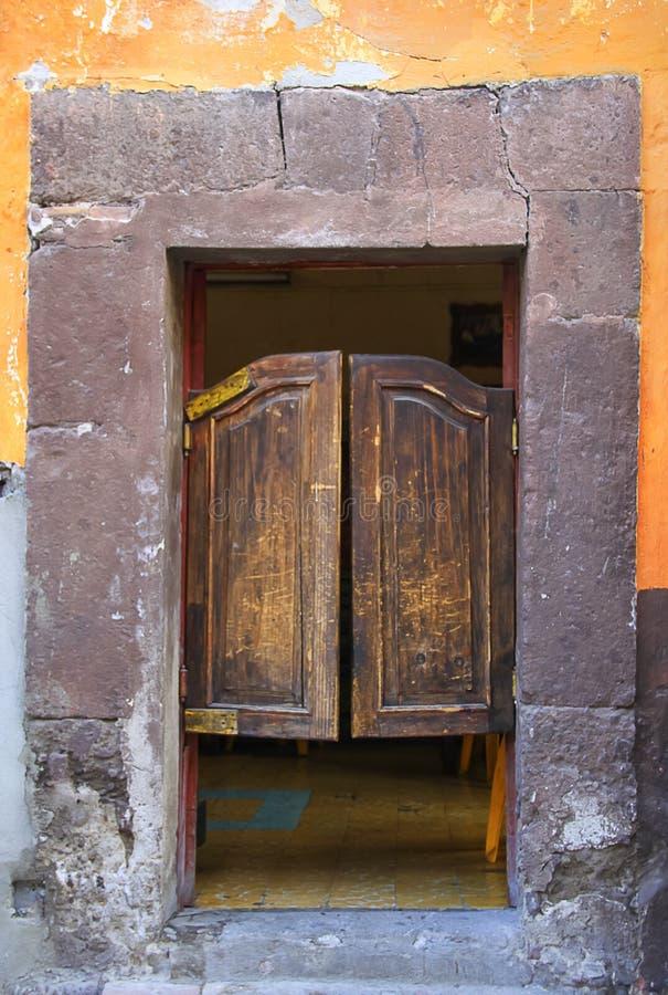 Porte en bois de style de salle battue par Mexicain avec le mur criqué photos stock