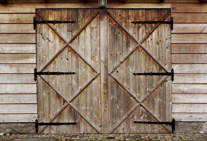 Porte en bois de vieille grange avec quatre croix photographie stock libre de droits
