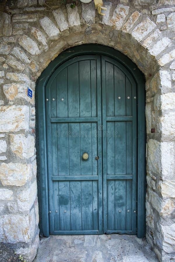 Porte en bois de vieux vintage fermé avec la serrure de porte image stock