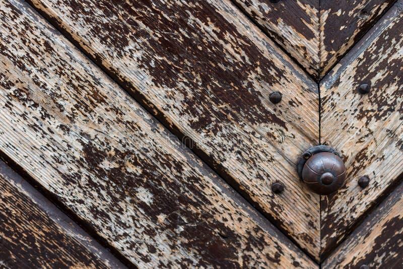 Porte en bois de vieux vintage fermé avec la serrure image stock