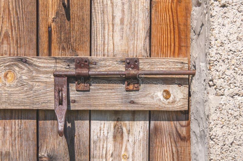 Porte en bois de vieux vintage fermé avec la serrure de porte rouillée en métal image libre de droits
