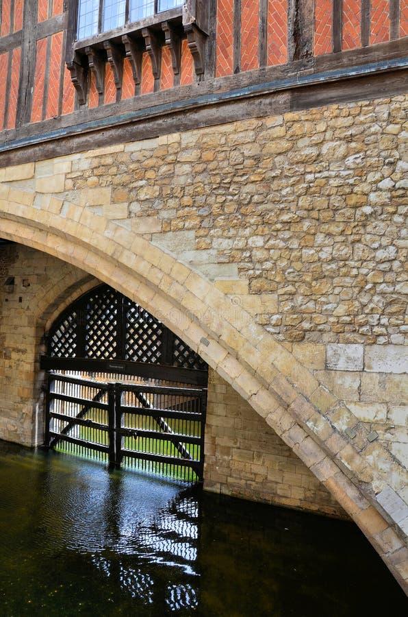 Porte en bois dont protège un fossé dans la tour images libres de droits