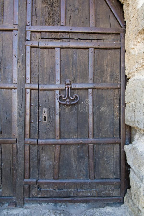 Porte en bois et heurtoir antique de château photos libres de droits
