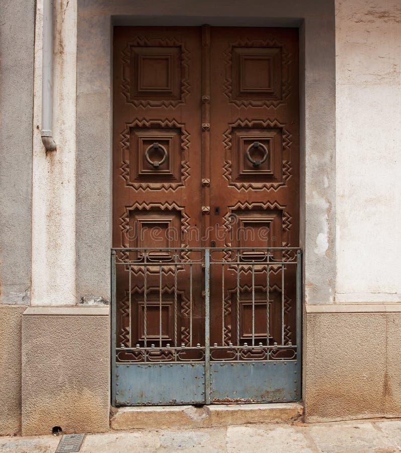 Porte en bois fermée dans un vieux bâtiment photos stock