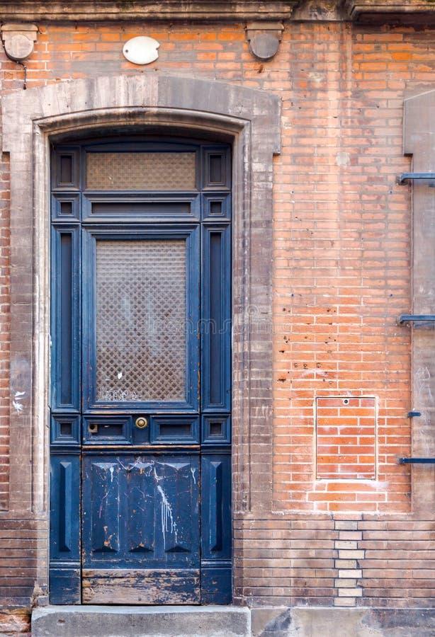 Porte en bois grande étroite bleue de vieux rustick dans la maison historique dedans à photographie stock