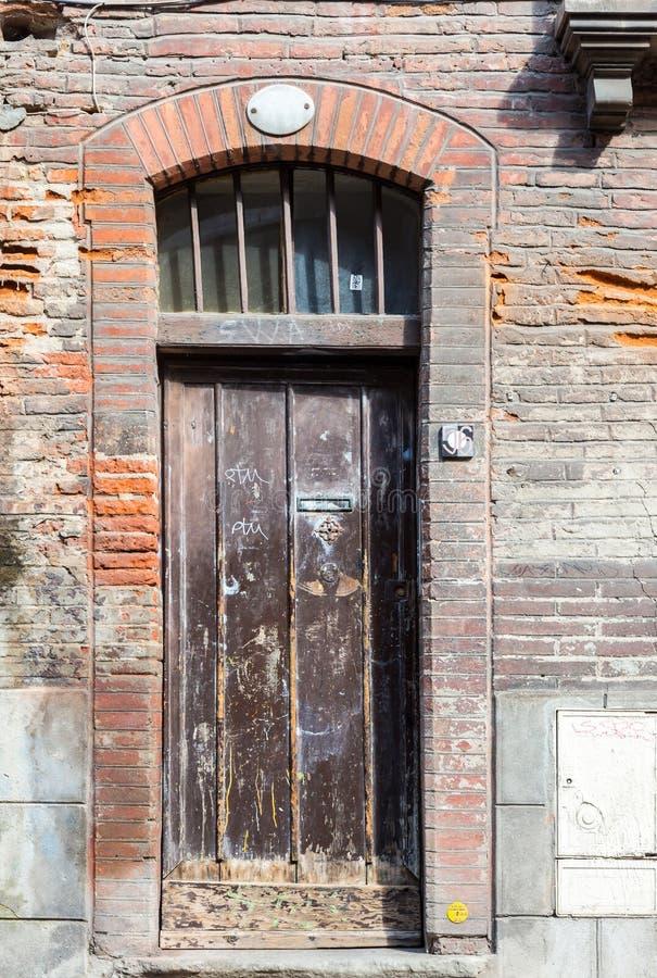 Porte en bois grande de vieil de rustick étroit de brun dans la maison historique dans T images libres de droits