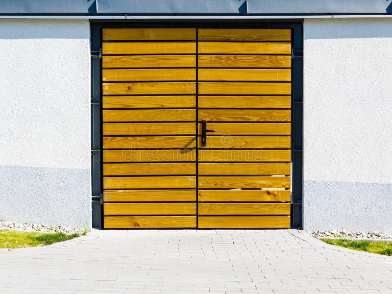 Porte en bois jaune dehors image stock