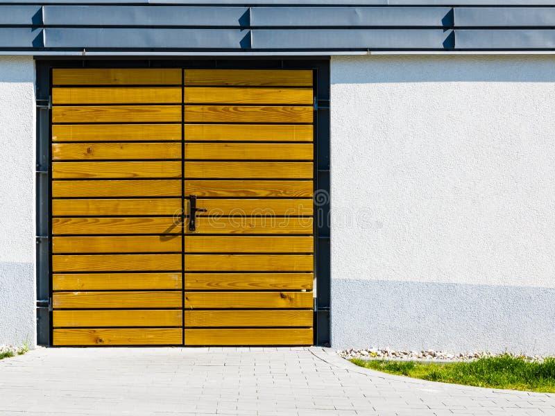 Porte en bois jaune dehors images libres de droits