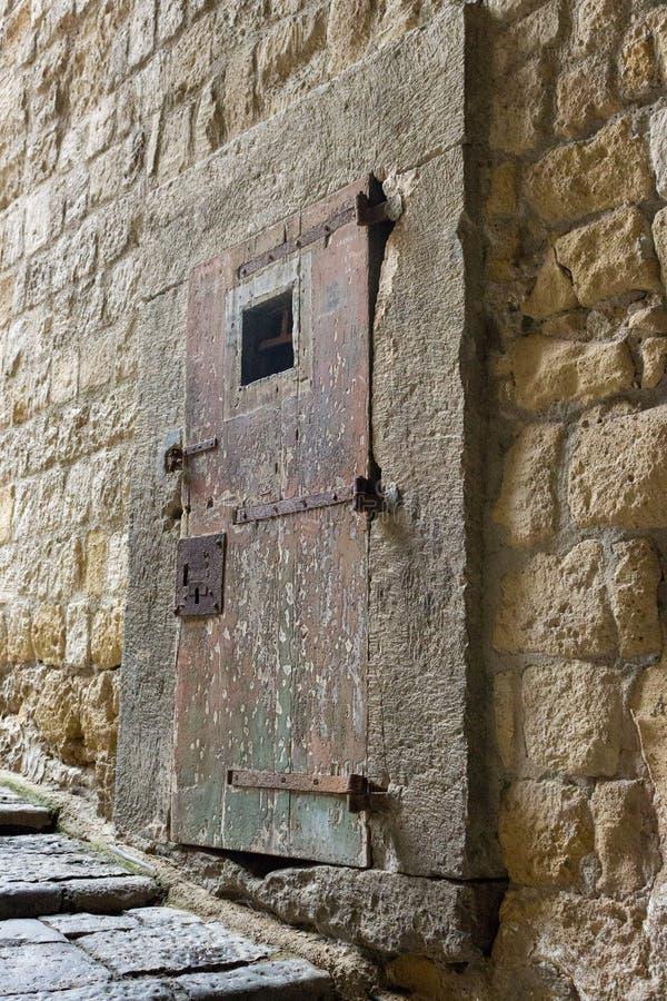 Porte en bois massive antique dans la forteresse médiévale Vieille entrée dans le château européen en Italie photos libres de droits