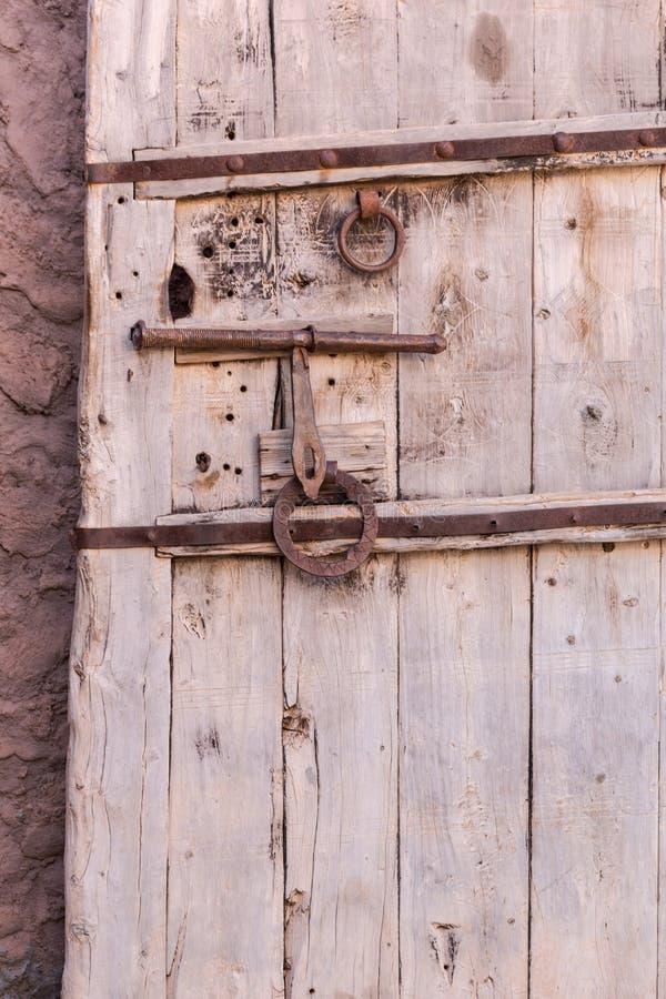 Porte en bois massive de vieux vintage avec le casier et la poignée en métal image libre de droits