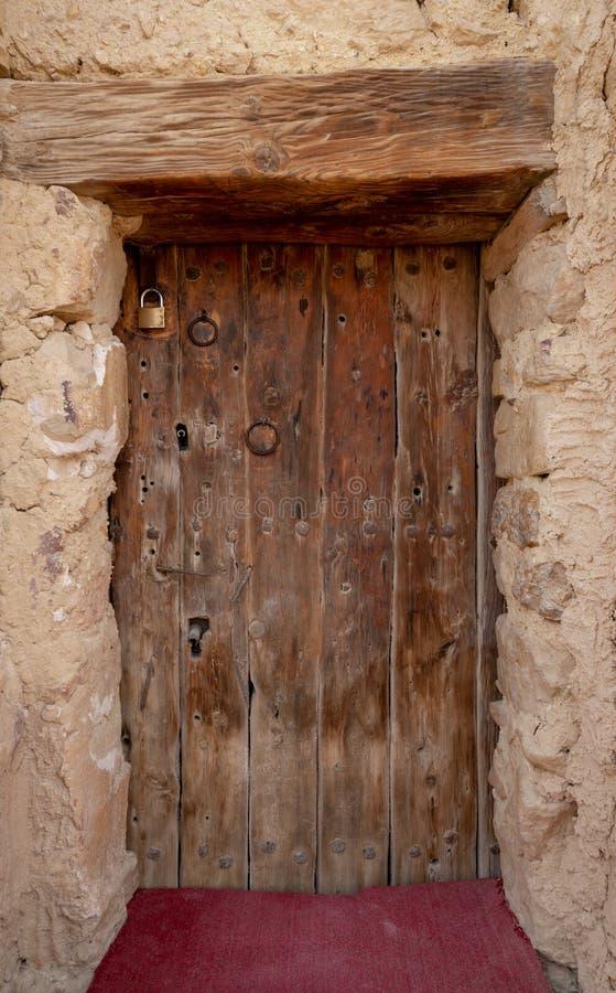 Porte en bois menant au fort du monastère de Saint Paul Anchorite situé dans le désert oriental, montagnes, Egypte image stock