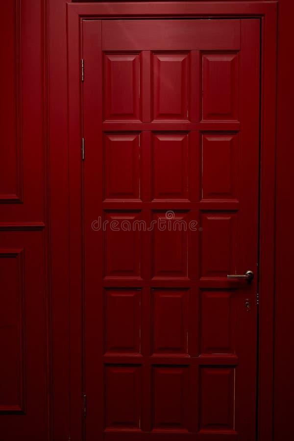 Porte en bois rouge dans le style anglais Couleur noble Intérieur image stock