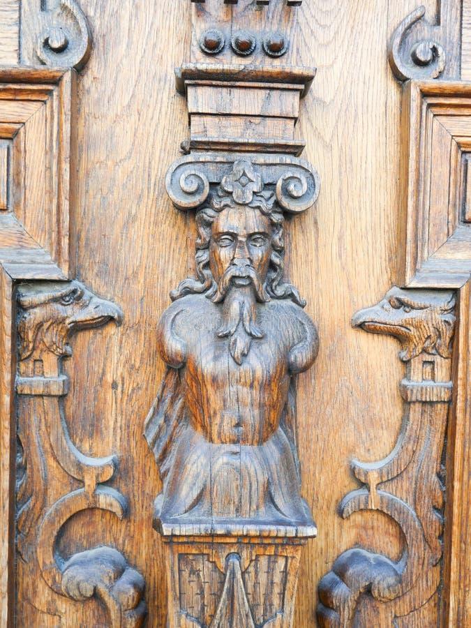 Porte en bois sculptée avec les éléments de relief photographie stock