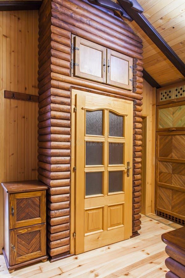 Porte en bois sur la maison rustique de cèdre de montagne - détail image libre de droits