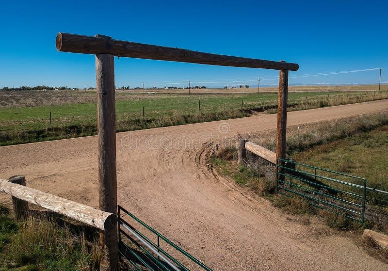 Porte en bois sur le chemin de terre photos stock