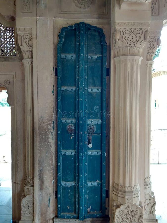 Porte en bois traditionnelle de chatriya de ki d'alligator vieille, vieille architecture image stock