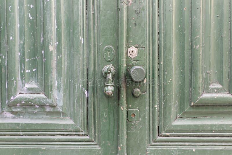 Download Porte en bois verte image stock. Image du désuet, trappes - 77152859