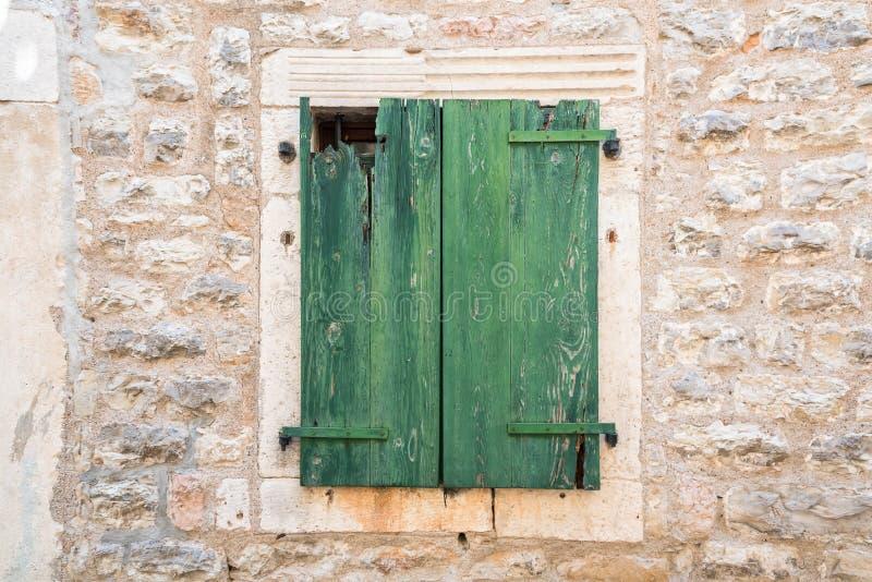Porte en bois verte sur le mur de briques photo stock