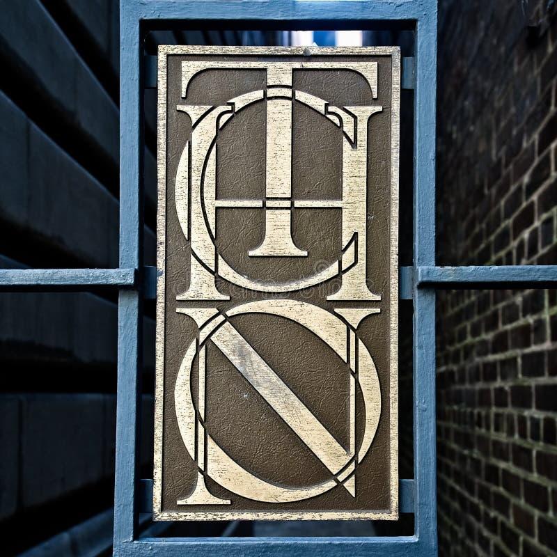 Porte en bronze de connexion qui est verrouillée photos libres de droits