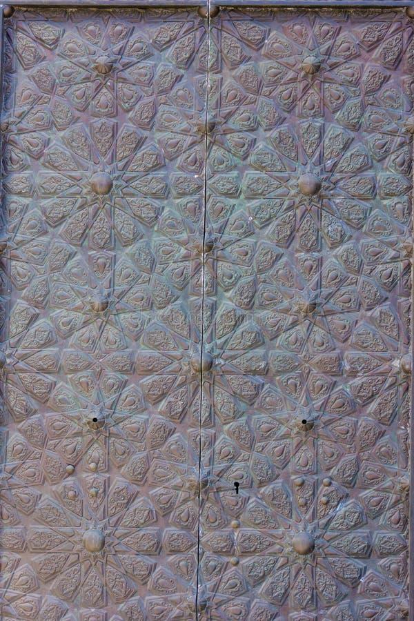 Porte en laiton gravée complexe de vieil arabesque typique avec islamique photographie stock