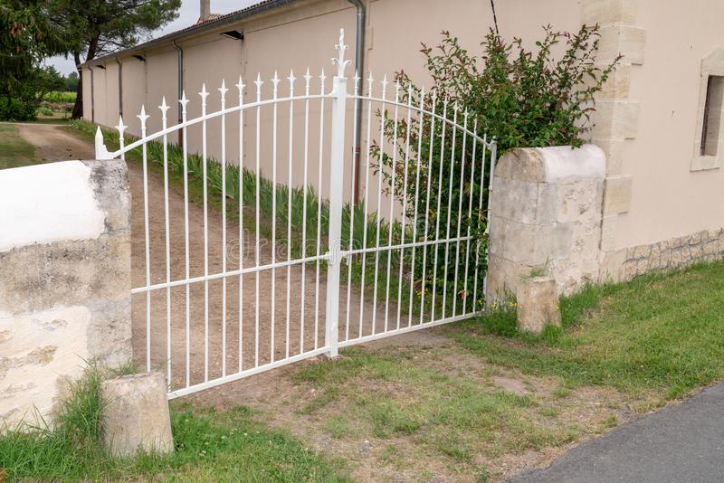 Porte en métal blanc sur l'Elegant Home Entrée Bordeaux France photo stock