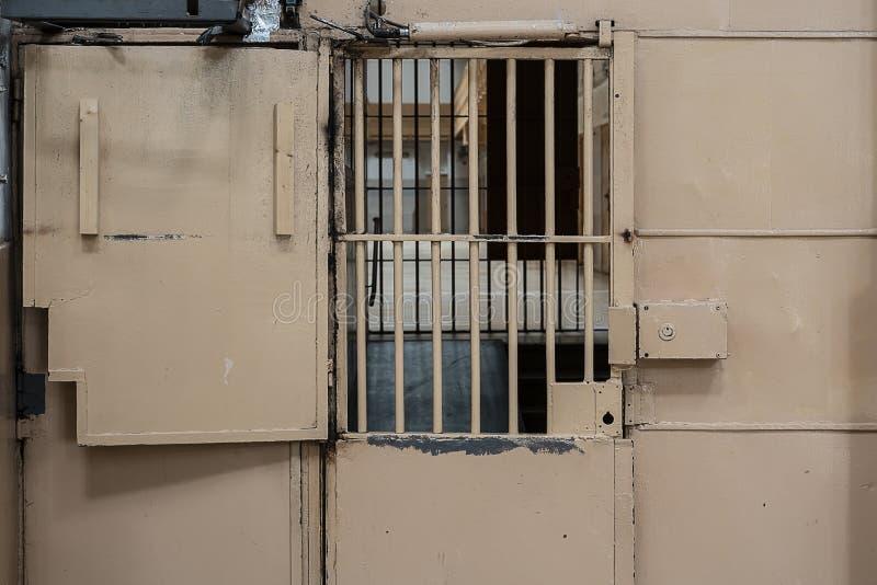 porte en métal en prison avec une grande serrure et des barres épaisses photographie stock