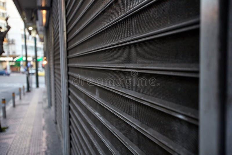 Porte en métal protégeant un magasin Système proche photographie stock