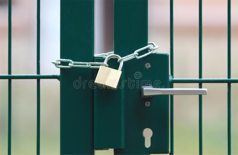 Porte en métal, verrouillées verts avec la chaîne et le cadenas photographie stock libre de droits