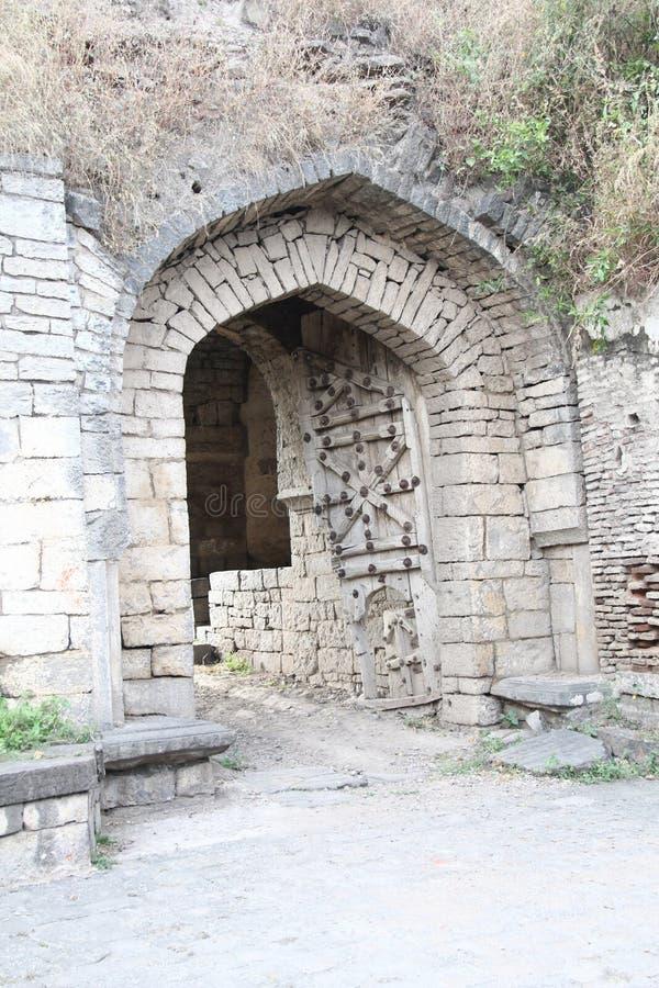 Porte en pierre arquée de fort d'Ausa image libre de droits