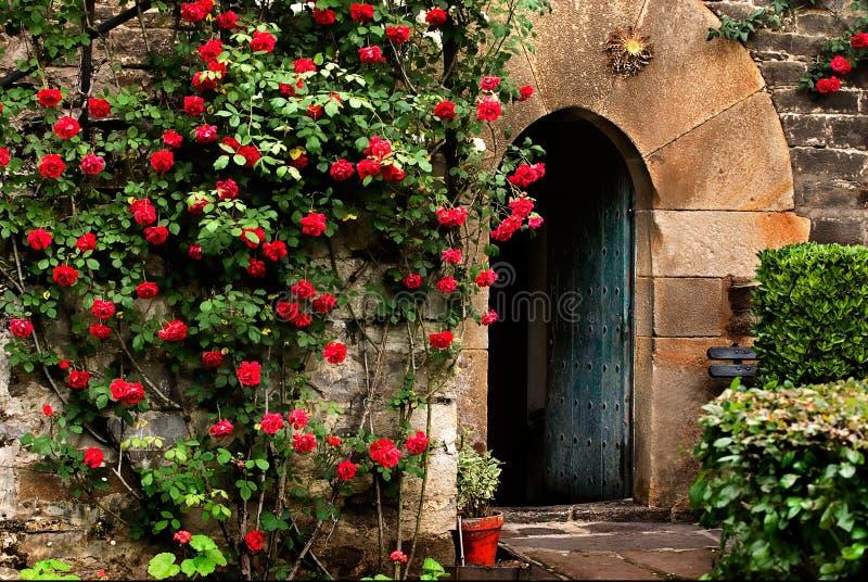 Porte en pierre Basque antique et moitié par point images stock