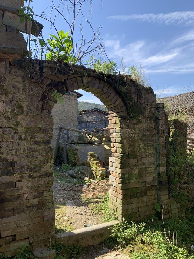 Porte en pierre de village de Dongfang images stock