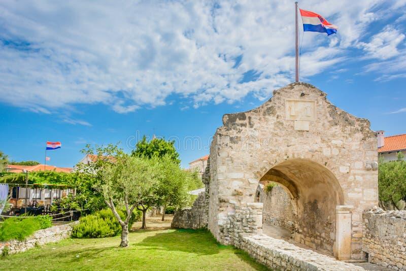 Download Porte En Pierre En Ville Nin, Croatie Image stock - Image du croatia, méditerranéen: 76083991