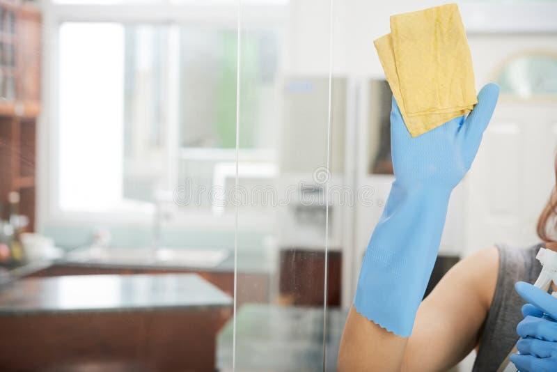 Porte en verre de nettoyage photos stock
