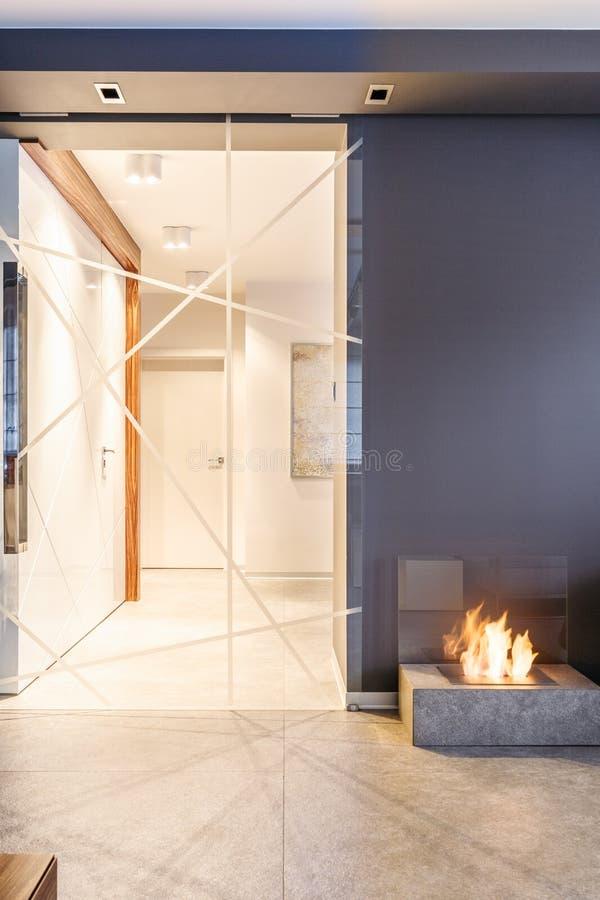 Porte en verre menant au couloir image stock