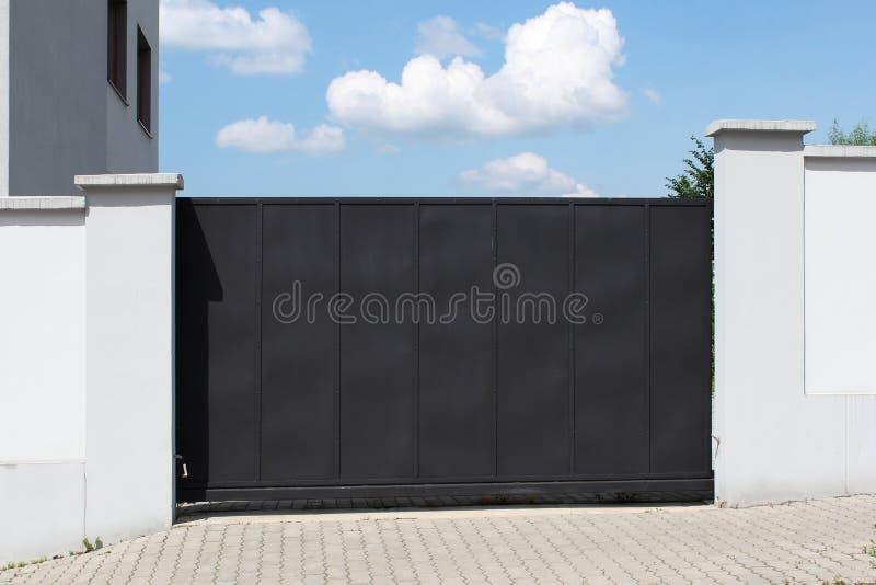 Porte et ciel noirs modernes à l'arrière-plan photographie stock
