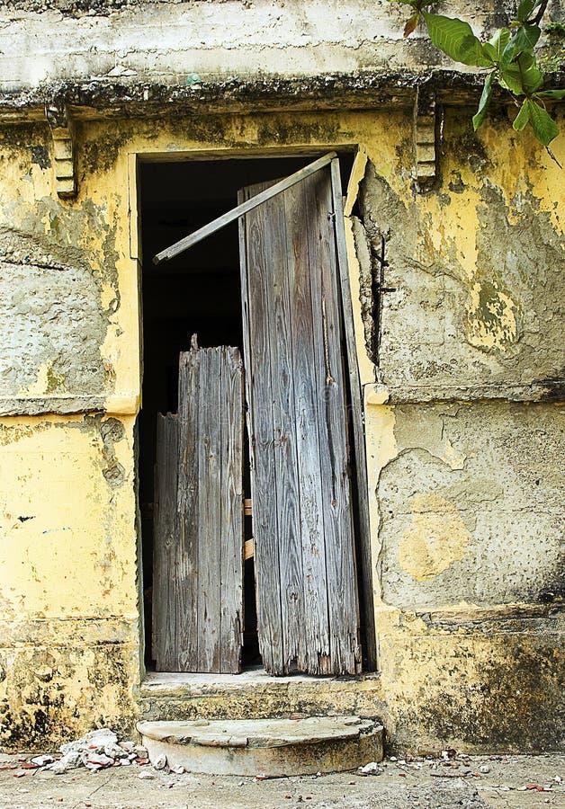Porte et façade cassées images stock