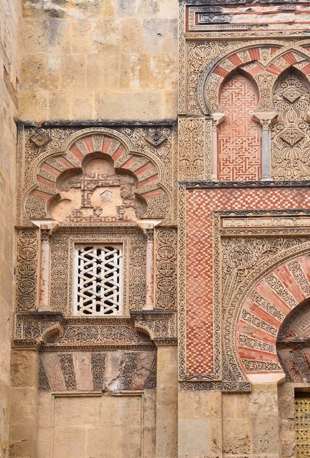 Porte et façade de San Ildefonso, façade mauresque de la grande mosquée à Cordoue, Andalousie, Espagne photographie stock libre de droits