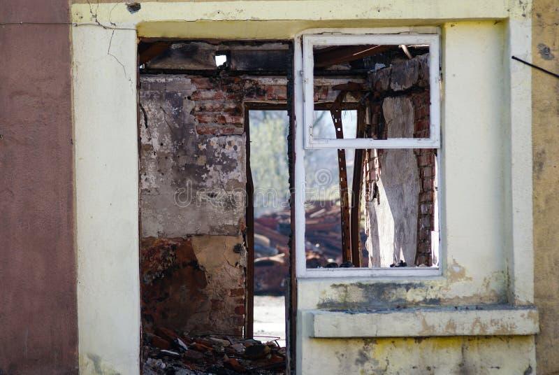 Porte et fenêtre après le feu photographie stock libre de droits
