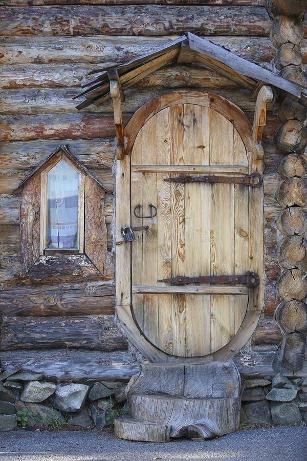 Porte et fenêtre d'une maison en bois image libre de droits