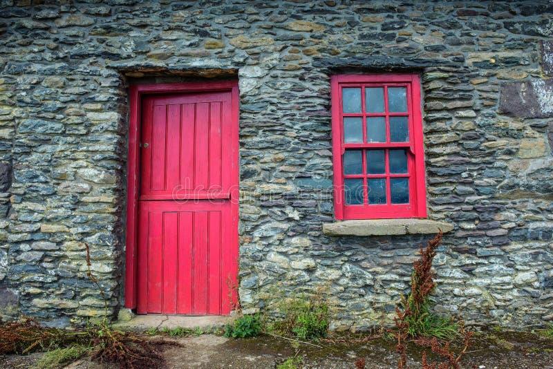Porte et fenêtre de vintage sur une façade d'un vieux cottage en Irlande image libre de droits
