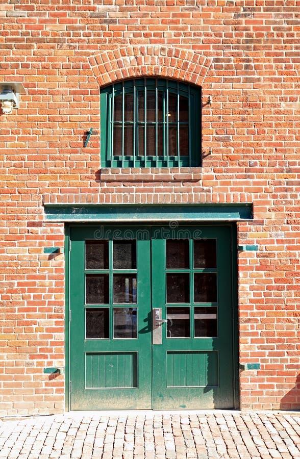Download Porte Et Fenêtre Vertes Dans Le Mur De Briques Photo stock - Image du trappe, orange: 45352080