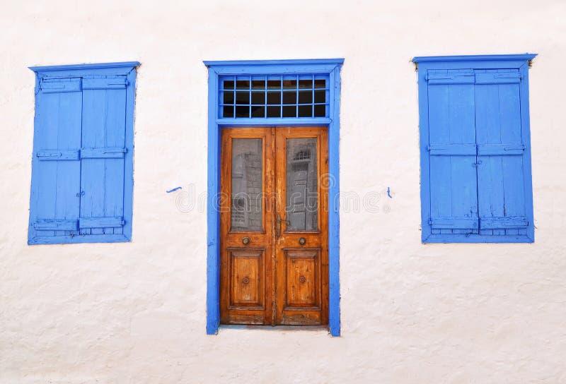 Porte et fenêtres en bois traditionnelles à l'île Grèce d'hydre photo libre de droits