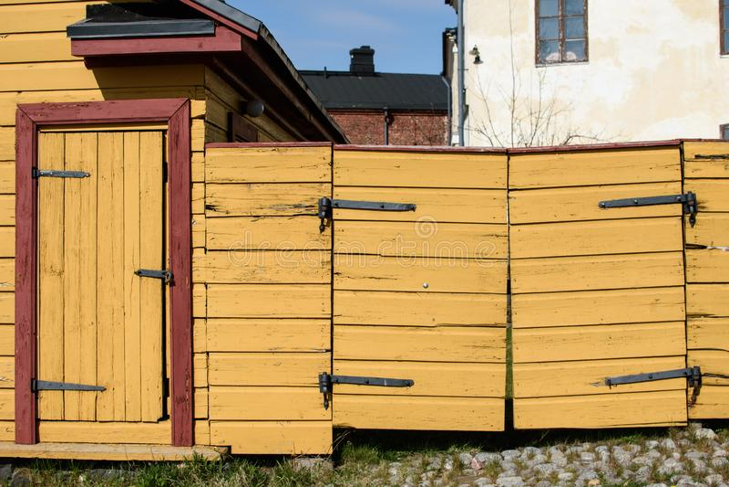 Porte et guichet en bois jaunes photo libre de droits