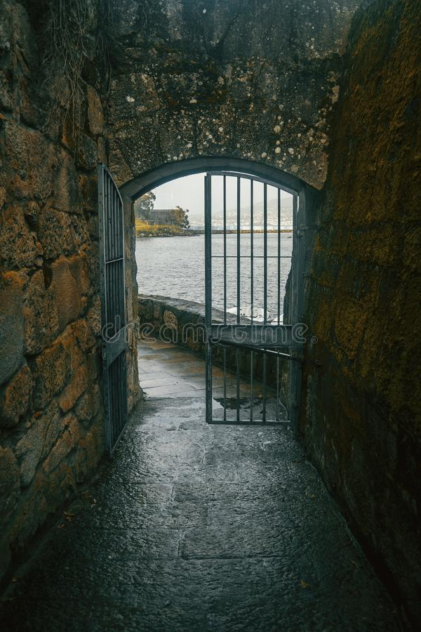 Porte et mur avec de la vieille mousse à baiona images stock